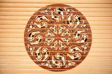 zweifach geschichtete Barockschalllochrosette aus Ahorn und Mahagoni