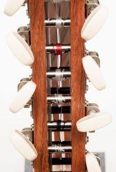 Blick auf die Halskonstruktion mit Gitarrenwirbel