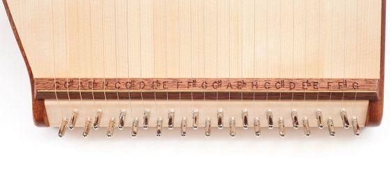 Blick auf den Steg mit den eingefrästen Notennamen