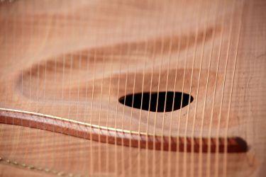 Blick auf den gebogenen Steg und das Ohr-Klangloch