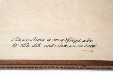 Rückseite der Engelharfe mit Zitat von Rainer Maria Rilke
