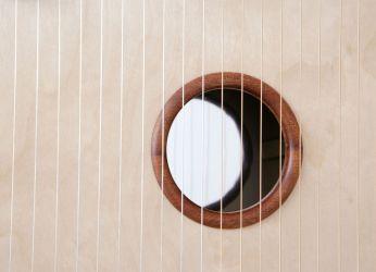 Blick auf den eingelegten Spiegel unter den Saiten