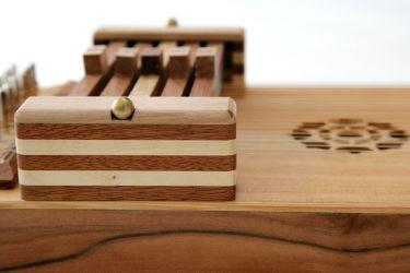 Kleine Autoharp: Detailaufnahme von Zarge aus Tineo und Akkordbalkenhäuschen