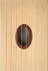 Blick auf die eingelegte, ovale Schalllochrosette aus Mahagoni